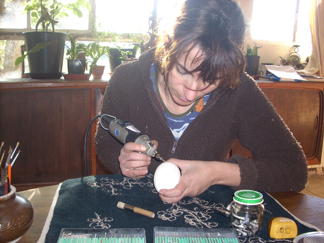 Christel Assante, egg shell carver